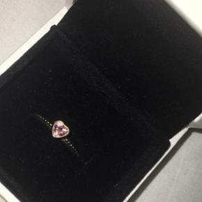 Pandora ring Lyserød sten Hjerteformet  - Hillerød - Pandora ring Lyserød sten Hjerteformet Nypris: omkring 499kr Aldrig brugt Str. 48 - Hillerød