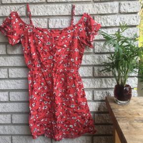 Sød sommerkjole som viser skuldrene, st - Århus - Sød sommerkjole som viser skuldrene, str XS, brugt få gange - trænger til en tur med strygejernet, men ellers i supergod stand! BYD :) - Århus