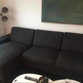 Sofa sælges Mørke grå chaiselong sofa - Aalborg  - Sofa sælges Mørke grå chaiselong sofa sælges. Har et skjold, se billede Måler 294 og 150 ved chaiselongen. Den knirker lidt når man sætter sig. (Dog ikke ved chaiselong) Levering kan findes ud af i Aalborg og omegn - Aalborg