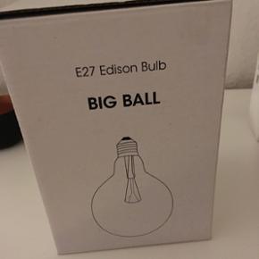 Sælger min fine Big Ball pære/lampe. A - Odense - Sælger min fine Big Ball pære/lampe. Aldrig brugt og virker som ny. Pæren kan bruges som lampe i sig selv, i en fatning, af almindelig størrelse. Den giver en super fin og hyggelig belysning. Np: 250 kr BYD! - Odense