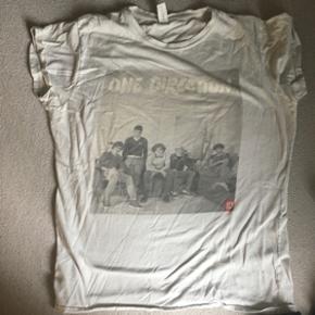 One Direction T-shirt. Er en str xl, men - Maribo - One Direction T-shirt. Er en str xl, men er lille i størrelsen Er ikke brugt ret meget, til en enkelt koncert, og så et par gange udover