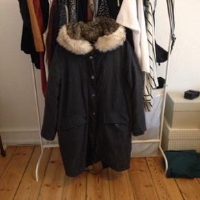 Vinterjakke købt i Urban Outfitters og  - København - Vinterjakke købt i Urban Outfitters og er af mærket BDG. Kostede 1400 fra ny, og er brugt en sæson. Foret indvendig så den er dejlig varm. Selvom størrelsen er L passer den også medium, hvilket jeg selv er. Jeg sælger billigt, så kom  - København