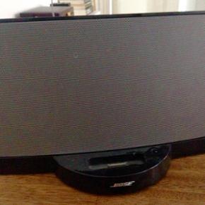 Bose højtaler, med indbygget adapter ti - Århus - Bose højtaler, med indbygget adapter til iPhone 4/iPhone 4s (men man kan også afspille med jack stick eller tilkøbe en adapter der passer til andre telefoner). Brugt meget få gange, ingen brugsspor, fjernbetjening følger med. Måler ca 30 X  - Århus