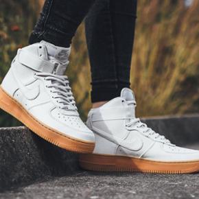 NYE Nike Air Force 1 HI Womens - - læde - Århus - NYE Nike Air Force 1 HI Womens - - læder og gummisål. Super flotte! I original æske med prismærke på - 1050 kr. Bytter ikke med disse. Sælger kun pga. uforudsete udgifter. Str. 39 - Århus