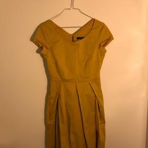 Sælger denne kjole fra Max Mara Weekend - Ringkøbing - Sælger denne kjole fra Max Mara Weekend. Prisen er lav grundet pletten, som kan ses på billede 3. Størrelse 38-40 Prisen er inkl. fragt. - Ringkøbing