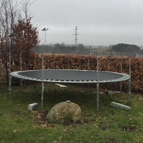 Trampolin. Vi har to store trampoliner o - Køge - Trampolin. Vi har to store trampoliner og et net med stænger. Ingen blå kant. Begge kan hentes for 500kr med nettet. Først til mølle. - Køge