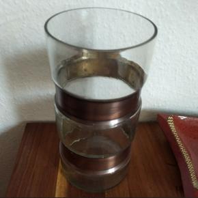 Glasvase med kobber dekoration. Den kan  - København - Glasvase med kobber dekoration. Den kan både bruges som vase eller til bloklys. Måler 25,512,5 cm. Vasen er indtakt, og skal afhentes i Brønshøj - København