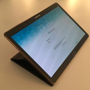 """Samsung Galaxy Tab S i god stand sælges - Århus - Samsung Galaxy Tab S i god stand sælges med masser af tilbehør. Jeg sælger min tablet, da jeg har fået en ny. Da jeg har en masse tilbehør til den sælger jeg det med. Den har 32 GB hukommelse og har en skærm på 10,5"""". Tilbehør: - Cover:  - Århus"""