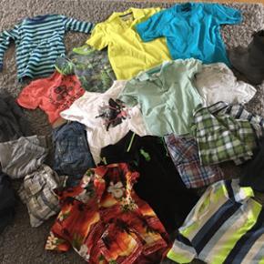Blandet sommer drengetøj str. 2-4 år.  - Esbjerg - Blandet sommer drengetøj str. 2-4 år. Div. Blandede Mærker. Shorts, bukser, t-shirts, skjorter, bluser, regntøj, gummistøvler str. 28 - Esbjerg