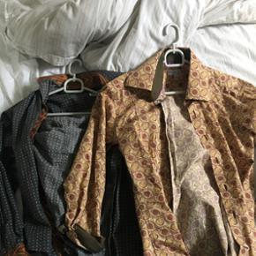 2 skjorter købt på et marked i Paris,  - Århus - 2 skjorter købt på et marked i Paris, perfekt påklædning til temafest, 10 for begge - Århus