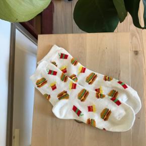 Cute Burger-sokker købt på ASOS. Prøv - Hillerød - Cute Burger-sokker købt på ASOS. Prøvet en gang og vasket. Passer mellem str. 37-41 (Køber betaler fragt men har mulighed for at mødes i byen) - Hillerød