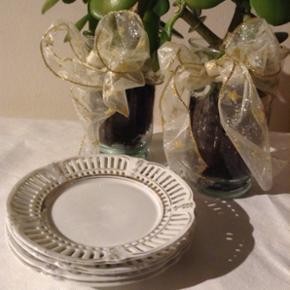 Små fine romantiske fade eller sidetall - Nyborg - Små fine romantiske fade eller sidetallerkener. Diameter ca. 15 cm. 4 stk. 10 kr pr. stk. - Nyborg