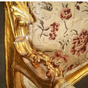 Tre persons sofa guldmalet træ, 150 år - Århus - Tre persons sofa guldmalet træ, 150 år gl., b: 186 h: 150 Tre-personers sofa, opbygget af guldbemalet træ. betrukket med blomstret betræk, dette med brugsspor samt hul i betræ, ene armlæn skal laves. Super flot sofa til billige penge. - Århus