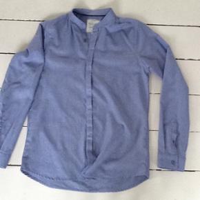 Skøn skjorte fra Hound i lækker kvalit - Randers - Skøn skjorte fra Hound i lækker kvalitet pasform og skøn farve. Brugt 1 gang og vasket 1 gang.Str 164. Brugt af dreng på 13 år. - Randers