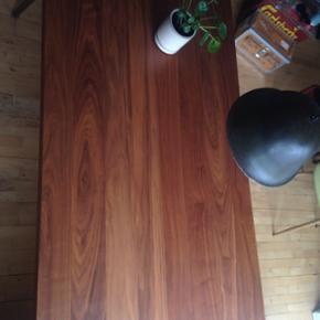 Spisebord i valnøddetræ fra Bolia. Jeg - Århus - Spisebord i valnøddetræ fra Bolia. Jeg har købt det brugt, men det er vist købt oprindeligt for omkring halvandet år siden. Længde: 183 Højde: 75 Bredde: 92 Kom eventuelt med et bud