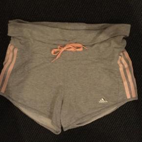 Adidas shorts i bomuld sælges. Str. 164 - Næstved - Adidas shorts i bomuld sælges. Str. 164 ( 14 år). Brugt få gange, fremstår som nye. Røg frit hjem. Modtager swipp og mobile pay. Kan afhentes nær Kalbyris skolen. - Næstved