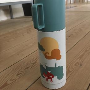 Super fin termoflaske uden nogen form fo - Århus - Super fin termoflaske uden nogen form for skidt kemi i. Den kan både holde vandet varmt og kold og låget er en kop. Kun brugt på én ferie. - Århus
