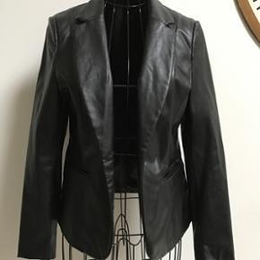 Blazer i læderlook i sort Læder blazer - Nykøbing F - Blazer i læderlook i sort Læder blazer jakke str. 38 medium Brugt 2 gange - Nykøbing F