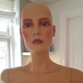 Mannequin. Hindsgaul stående kvindemode - Århus - Mannequin. Hindsgaul stående kvindemodel, orange paryk medfølger. Fin stand. - Århus