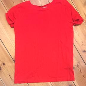 COS t-shirt in bright red. 100% cotton.  - København - COS t-shirt in bright red. 100% cotton. Used twice, like new. size 34 - København