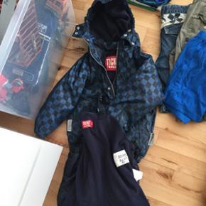 Børnetøj 5-7 ar, 2 store sort pose med - København - Børnetøj 5-7 ar, 2 store sort pose med tøj. 2 jakke, 4 jogging bukser, 23 par bukser, ticket regnetøj, 9-10 skjorte, omkring 28 bluse , 3 par sutsko, Ecco sandaler, Adidas fodbal sko, Nike fodbal sko og meget mere.Alle 300kr - København