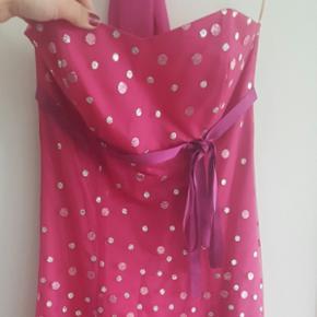 Pink gallakjole som falder ud i lyserød - Århus - Pink gallakjole som falder ud i lyserød og sølv glimmer, stropløs, knæ-længde, usynlig lynlås i ryggen, sidder rigtig godt til. Den er brugt en aften, sjal følger med. - Århus