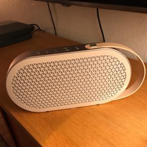 DALI Katch. Ualmindeligt velspillende Bl - Århus - DALI Katch. Ualmindeligt velspillende Bluetooth-højttaler fra danske DALI. Den spiller fantastisk, men jeg må af med den, da jeg desværre allerede har en Bluetooth-højttaler. Den er helt ny, og jeg har self. original kasse og alt medfølgende - Århus