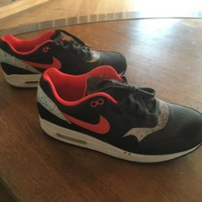 Sælger disse ubrugte Nike sko i en str  - Randers - Sælger disse ubrugte Nike sko i en str 40. Købt for 2 år siden i London men er aldrig vært brugt da de ikke var mig alligevel. Nypris: ca 900kr. - Randers