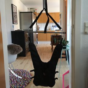 Basson hoppegynge monteres og afmonteres - Aalborg  - Basson hoppegynge monteres og afmonteres nemt med den medfølgende karmbøjle. Der kræves ingen skruer, ingen huller i loft eller karm. Detaljer: • Kan bruges op til 15 kg • Indstillelig højde Nypris: 349,95 DKK - Aalborg