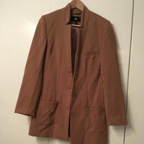Tynd jakke fra H&M, størrelse 36, holde - Århus - Tynd jakke fra H&M, størrelse 36, holder formen flot og med lidt skulderpude - Århus