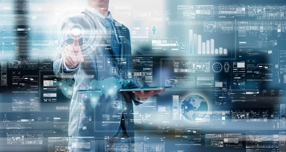 Empresario navegando en datos