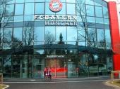 Markus und Alex vor dem FC Bayern Servicecenter