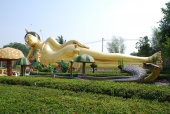 46 Meter langer liegender Buddha, goldglänzend.