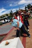 Am Äquator...mit einem Fuß auf der nördl. Weltkugel und mit dem zweiten auf der südlichen Weltkugel