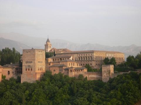 Granada - alhambra in der dämmerung