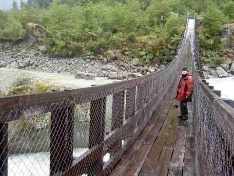 Coyhaique und Puyuhuapi - Hängebrücke unterhalb des Colgante-Gletschers