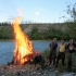 Großes Lagerfeuer am Flussufer