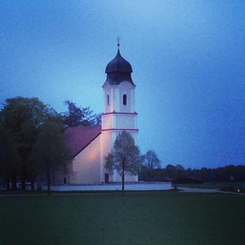 Siegertsbrunn - Leonhardi-Kirche am Vorabend