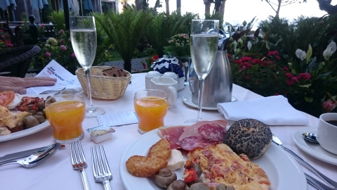 Frühstück im Rosengarten