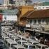 Kampala: Taxis stehen an um auf den Tax Park zu fahren