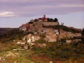 Festungsstadt Motovun auf dem Hügel
