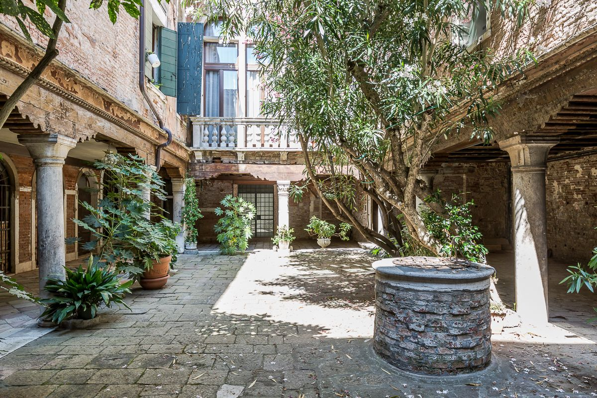 the charming entrance courtyard welcomes you in full Venetian style