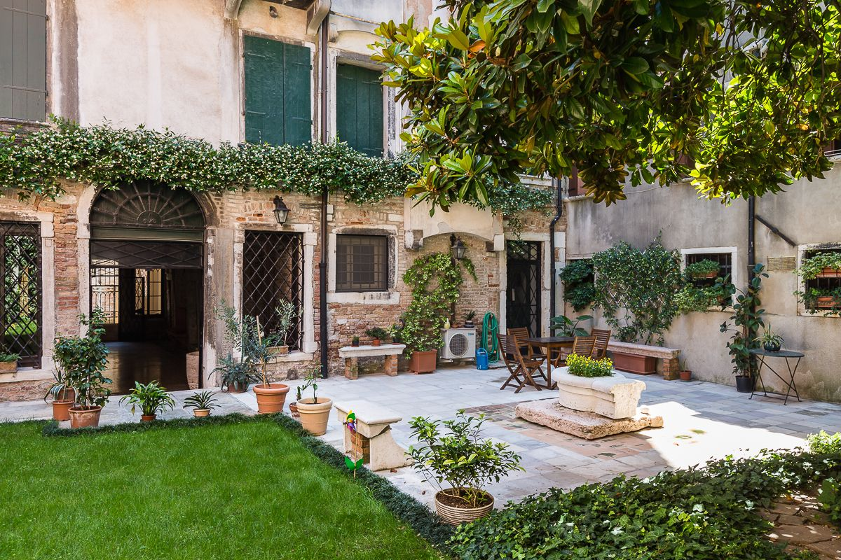 "the ""virtual tour"" starts from the private garden of the Brunelleschi"