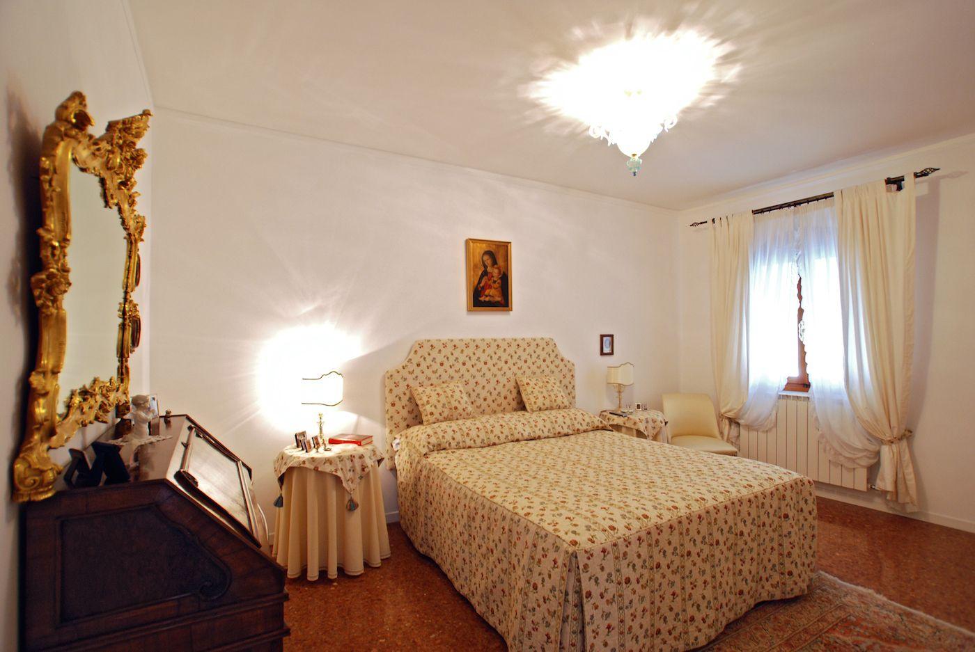 venetian style master bedroom