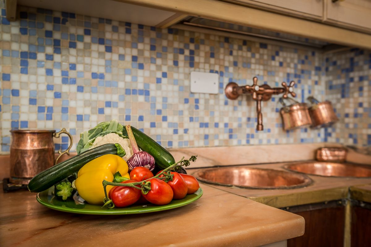 the copper sink of the kitchen reminds us of the past