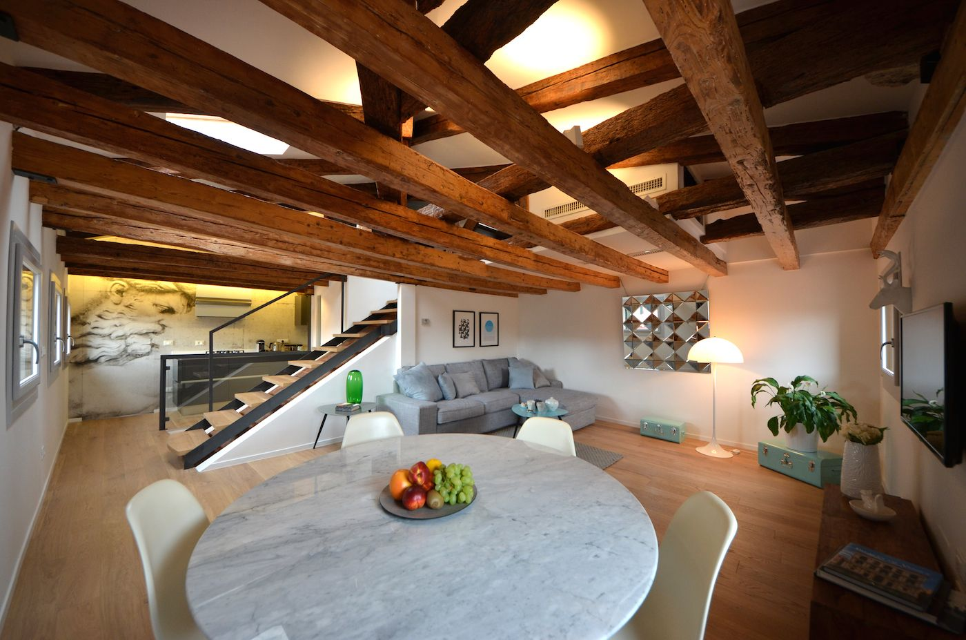 antique features and modern furniture blend in the Sagredo apartment