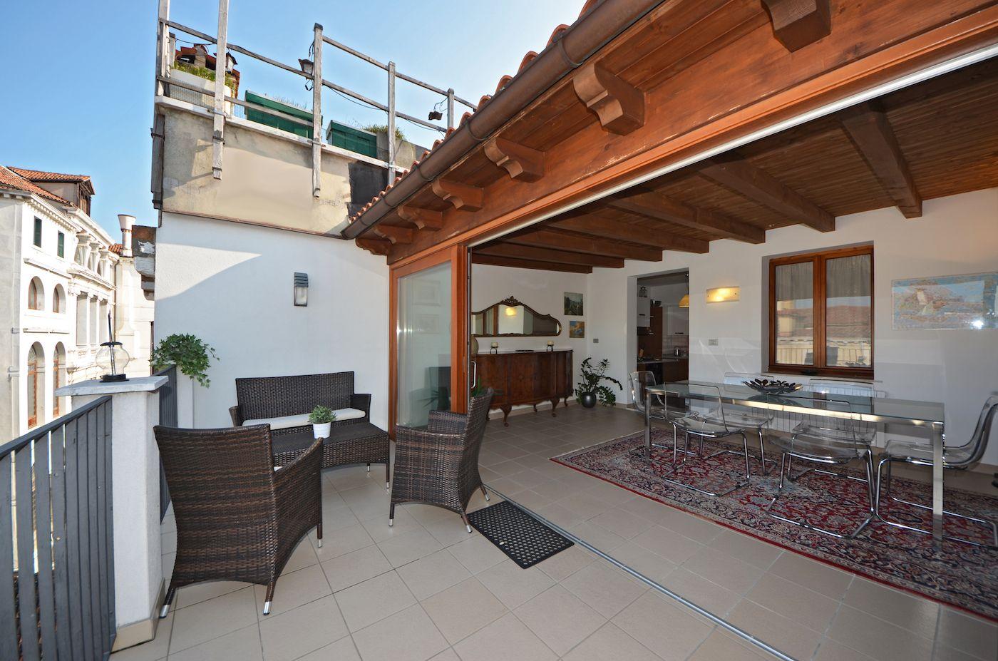 the veranda opens on the large terrace