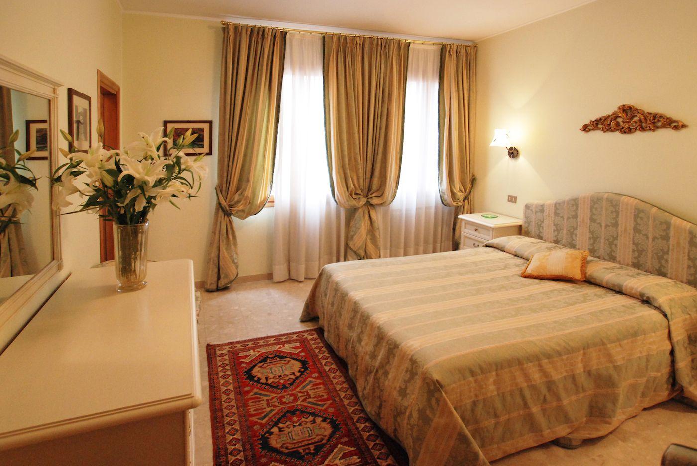 elegant double bedroom n.3
