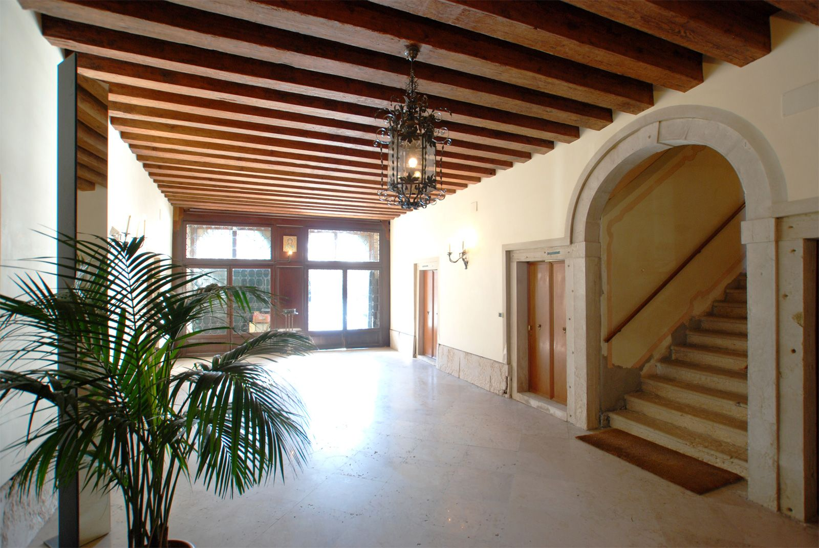 entrance hall at the ground floor with private water access to the Grand Canal