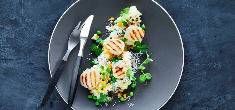 Smoked scallops with cauliflower pureé and passion fruit